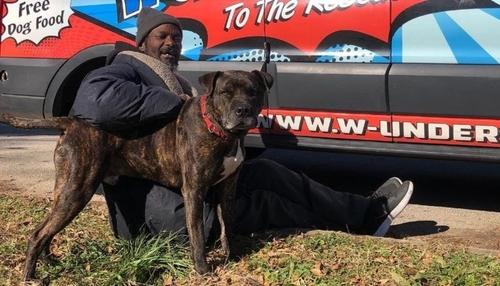 Un sans-abri sauve des animaux d'un refuge en feu