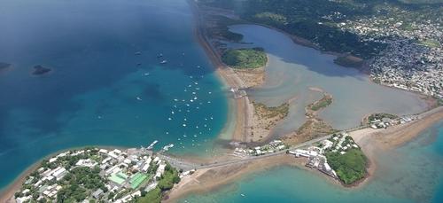 Mayotte reconfinée pour au moins trois semaines, les écoles fermées.