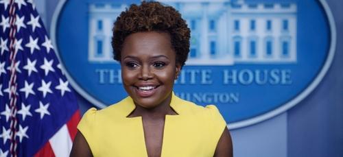 Karine Jean-Pierre monte au pupitre de la Maison Blanche et marque...