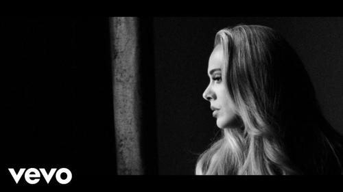 """Découvrez """"Easy on me"""" qui signe le retour d'Adele !"""