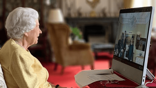 La reine Elizabeth II reprend ses engagements officiels après avoir...