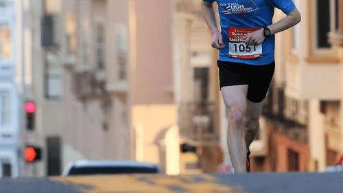 À New York, il court autour du même bloc pendant 42 jours