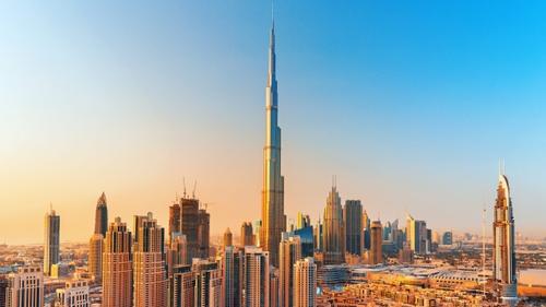 Une femme grimpe à plus de 800 mètres d'altitude au-dessus du Burj...