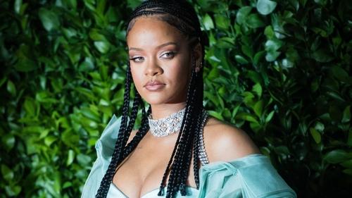 Rihanna est devenue l'artiste la plus riche du monde en dépassant...
