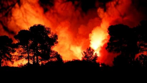 [ CLIMAT -ENVIRONNEMENT ] Incendies dans le Var: Le feu gagne du...