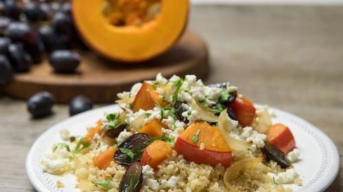 Salade tiède de boulghour, potiron, raisins et poulet