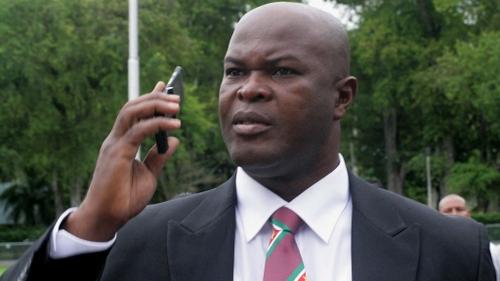 Surinam : le vice-président devient le joueur le plus âgé à...