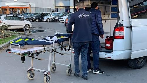 Paris : deux ambulanciers recherchés pour avoir laissé un homme...