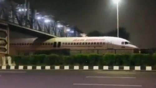 Un avion coincé sous un pont (Vidéo)