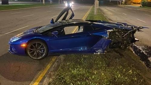 Une Lamborghini abandonnée sur le bord d'une route (Photo)