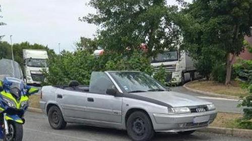 Il découpe le toit de sa voiture pour en faire un cabriolet (Photo)