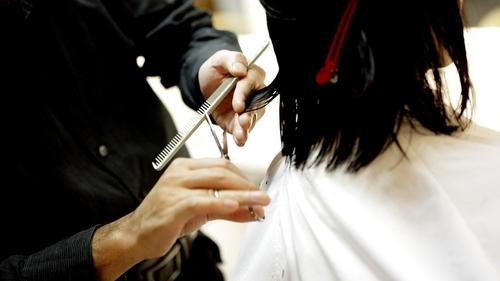 Un coiffeur condamné à payer des dommages et intérêts après une...