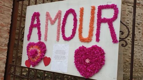 Millas : de nombreux cœurs, poèmes et masques ornent les rues