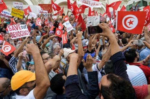 """A Tunis, des manifestants craignent """"un retour à la dictature Ben Ali"""""""