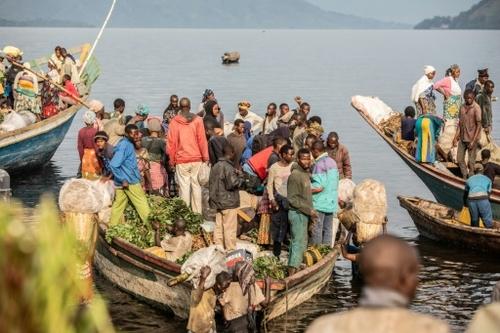 RDC: des voyages en pirogue à la grâce de l'eau