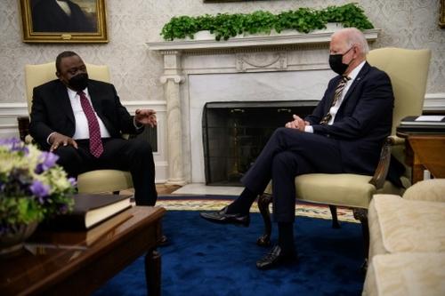 En recevant Kenyatta, Biden annonce de nouveaux dons de vaccins...
