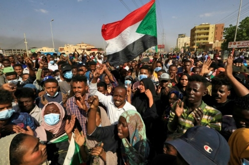 """Les Soudanais entament une nuit de protestations contre le """"coup..."""
