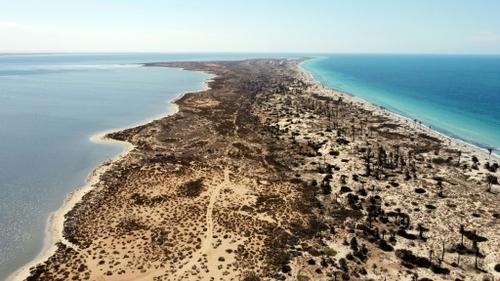 Pêche intensive et pollution: l'île libyenne de Farwa attend d'être...