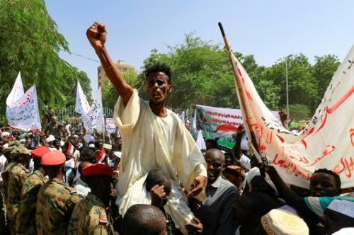 """Soudan: des milliers de pro-armée campent jusqu'à la """"chute du..."""