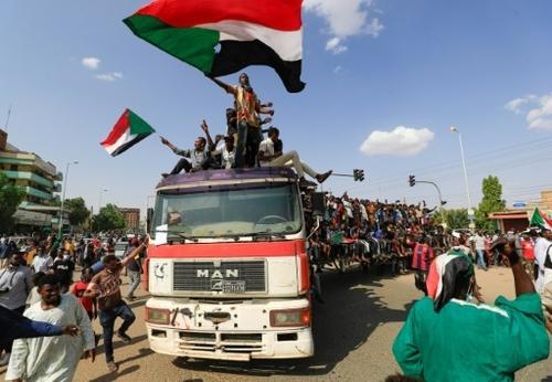 Au Soudan, les pro-pouvoir civil défilent pour sauver leur...