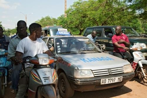 Apprendre à conduire à Bamako, un slalom entre motos et nids de poules