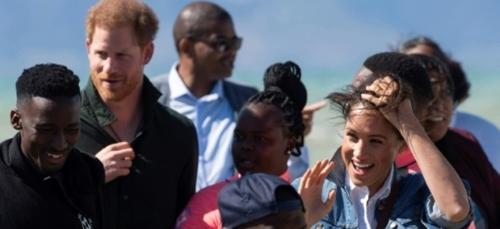 Par grand vent, l'étape caritative de Harry et Meghan sur une plage...