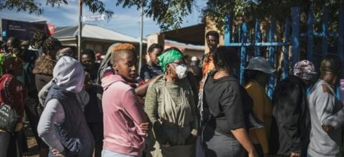 """En Afrique du Sud confinée, """"c'est la guerre"""" pour se nourrir dans..."""