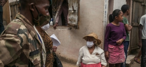 A Madagascar, l'armée livre à domicile une potion gratuite censée...
