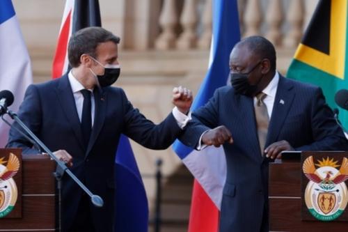 """Macron en Afrique du Sud: les brevets """"ne doivent en rien être un..."""