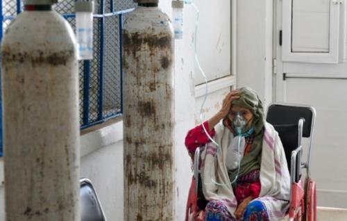 """Face au """"tsunami"""" du Covid en Tunisie, des hôpitaux débordés"""