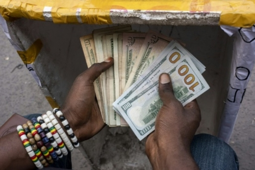"""A Kinshasa, la """"dédollarisation"""" revient dans le débat"""