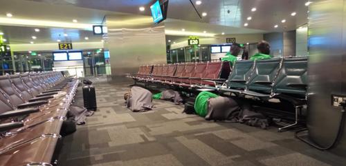 Des footballeurs kényans forcés de dormir par terre en attendant...