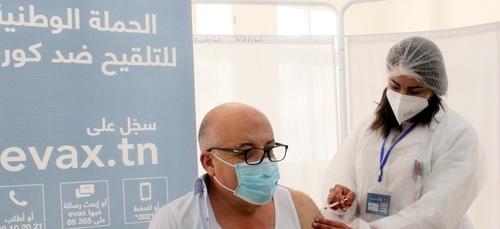 Le Ministre Tunisien de la Santé reçoit la première dose de vaccin...