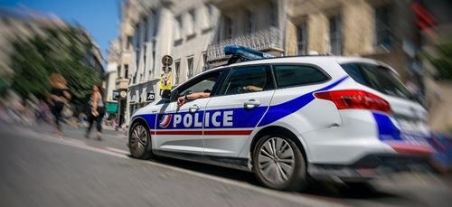 À Paris, une voiture emboutit la vitrine d'un magasin et fait...
