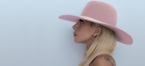 Lady Gaga reçoit une première récompense pour « A Star Is Born » !