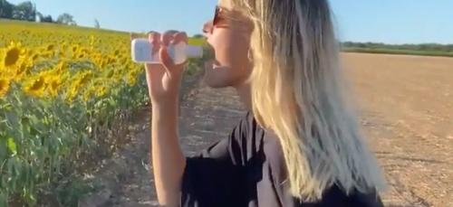 Privée de festivals, Angèle simule un concert dans une vidéo hilarante