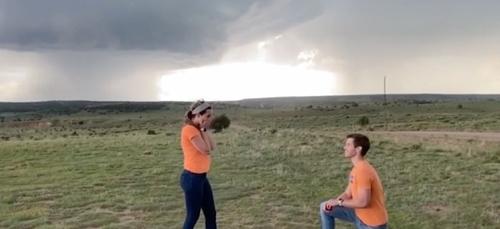 Un météorologue fait sa demande en mariage devant une tornade (vidéo)