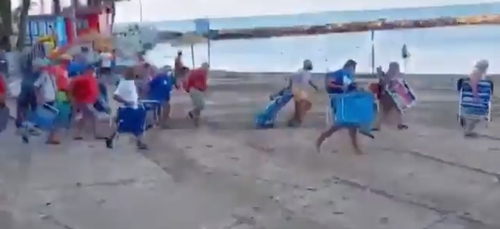 Espagne : des vacanciers font la course sur une plage pour obtenir...