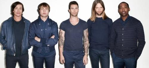 Maroon 5 : une fan hystérique grimpe sur scène en plein concert...