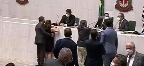 Une députée brésilienne victime d'une agression sexuelle en pleine...