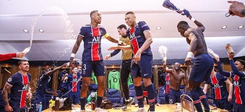 La fête dans les vestiaires du PSG après la qualification en Ligue...