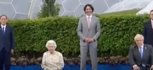 La blague de la reine Elizabeth II fait rire pendant la photo...