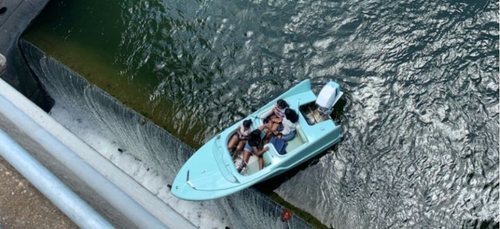 Un bateau de touristes coincé au-dessus d'une cascade (Vidéo)