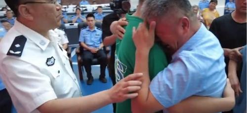 Les retrouvailles émouvantes entre un père et son fils, kidnappé 24...