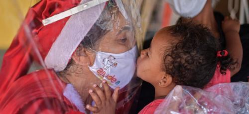 Une mère noël distribue des câlins au Brésil (vidéo)