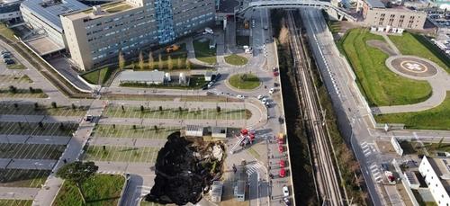 Les images spectaculaires après l'effondrement du parking d'un...