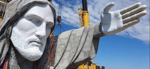 Une petite ville du sud du Brésil construit une statue du Christ...