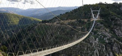Le Portugal dévoile le pont pédestre suspendu le plus long du monde...