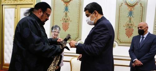 Steven Seagal remet un sabre à Nicolas Maduro
