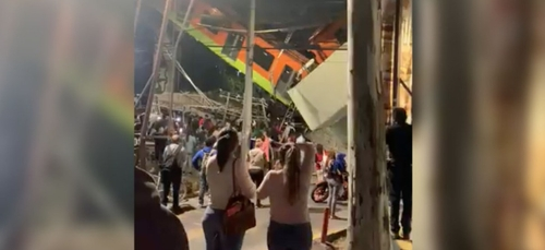 Les proches des victimes de l'accident de métro à Mexico City...